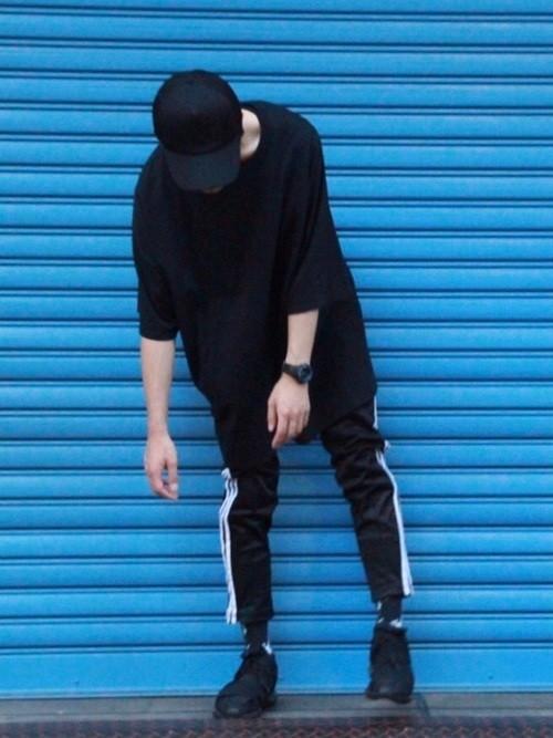 黒Tシャツと黒パンツのコーデに黒スニーカーを合わせたメンズコーディネート
