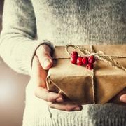 女性は、プレゼントを渡したときの「男のリアクション」をしっかりと見ている【褒め上手への道 #12】 | Smartlog