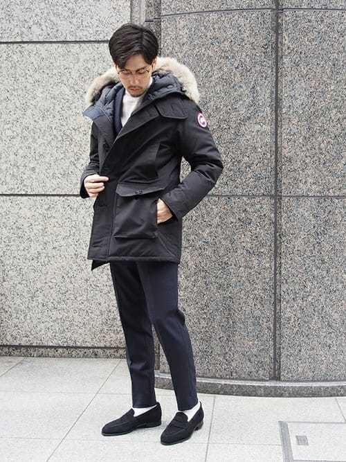 ダウンジャケットと黒セットアップの冬服メンズコーディネート