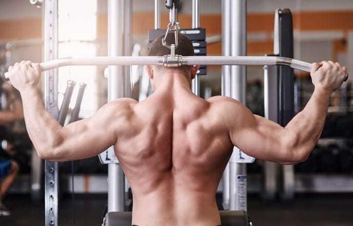 背筋を効果的に鍛えるトレーニング「ビハインドラットプルダウン」
