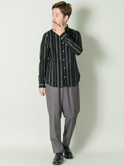 黒緑ストライプシャツとグレーパンツのメンズコーディネート