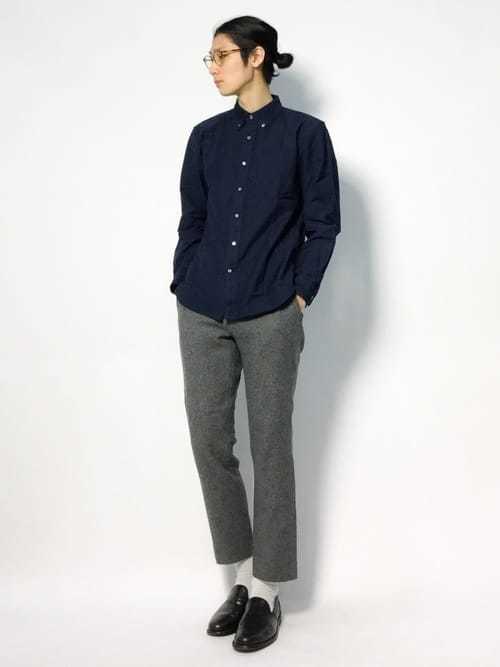 ネイビーシャツとグレースラックスのメンズコーディネート