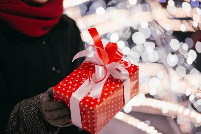 遠距離の彼女が喜ぶクリスマスプレゼントを贈る