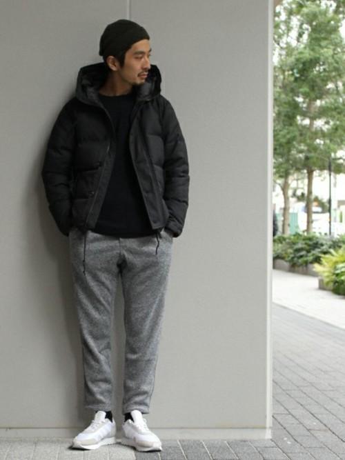 黒ダウンジャケットとグレースウェットパンツの白スニーカーコーディネート