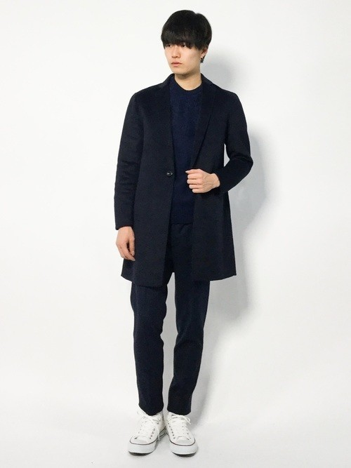 黒チェスターコートと黒パンツの白スニーカーコーディネート
