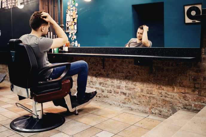 美容院にいる男性