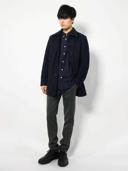 ネイビーシャツ×ステンカラーコートのメンズコーデ