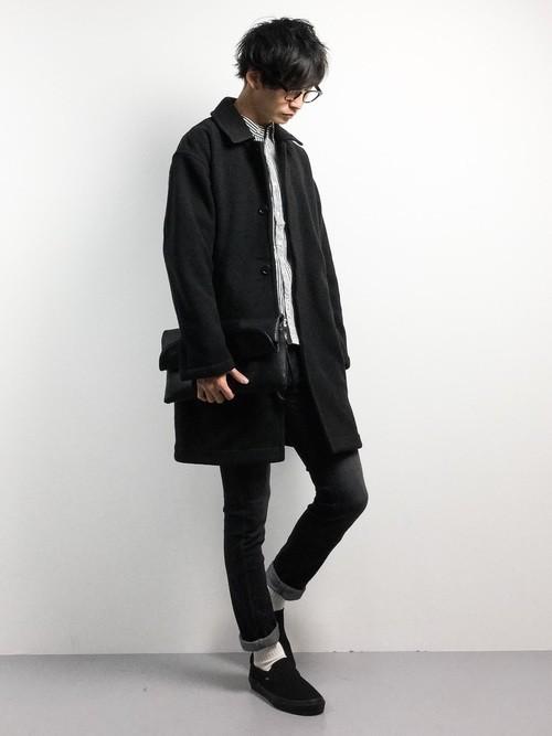 黒白ストライプシャツと黒ステンカラーコートのメンズコーディネート