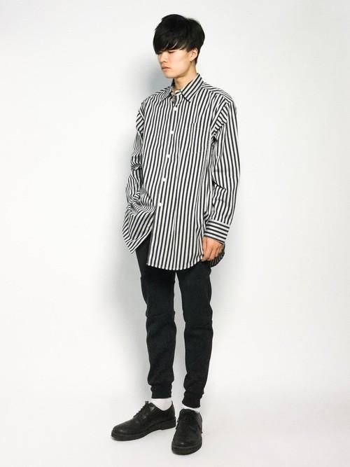 長袖ストライプシャツと黒スキニーパンツのメンズコーディネート