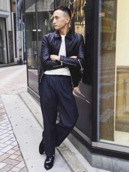 ライダースジャケットとワイドデニムパンツのコーデに黒ローファーを合わせたメンズコーディネート