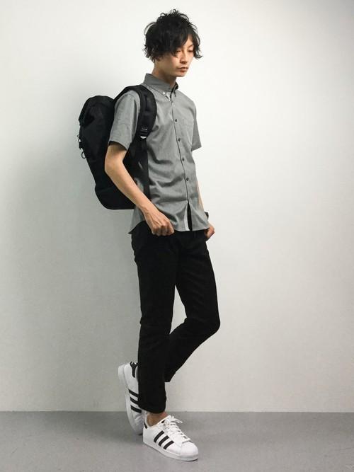 グレーシャツと黒スキニーパンツの白スニーカーコーディネート
