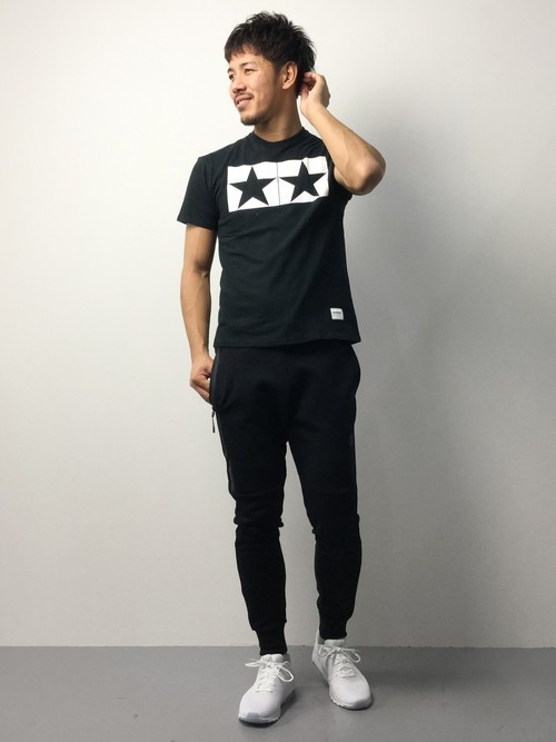 黒Tシャツと白エアマックスのメンズコーディネート
