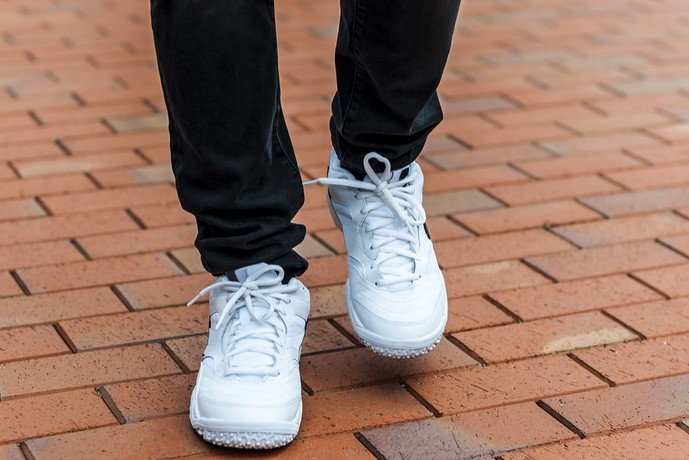 白スニーカーを履いている男