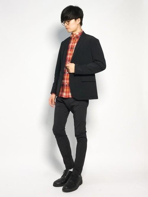 黒ジャケットと赤チェックシャツの冬コーディネート