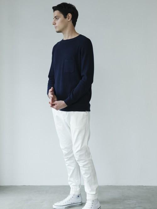 黒Tシャツと白パンツの白スニーカーコーディネート