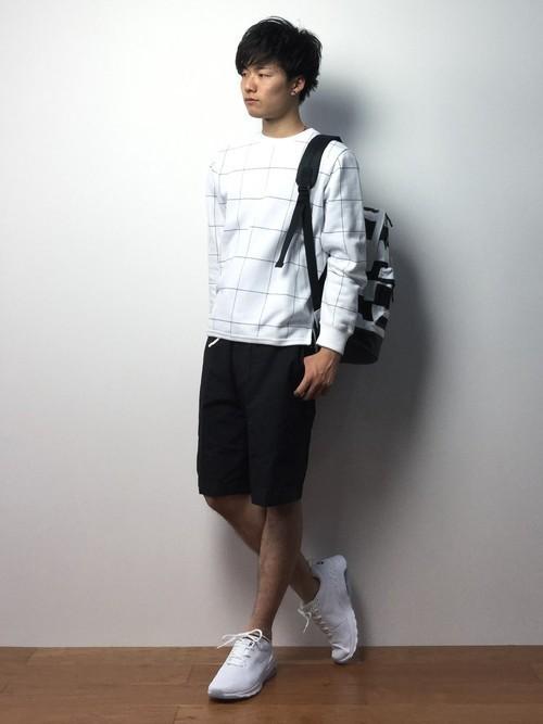白エアマックスと白チェックTシャツを使ったメンズコーディネート