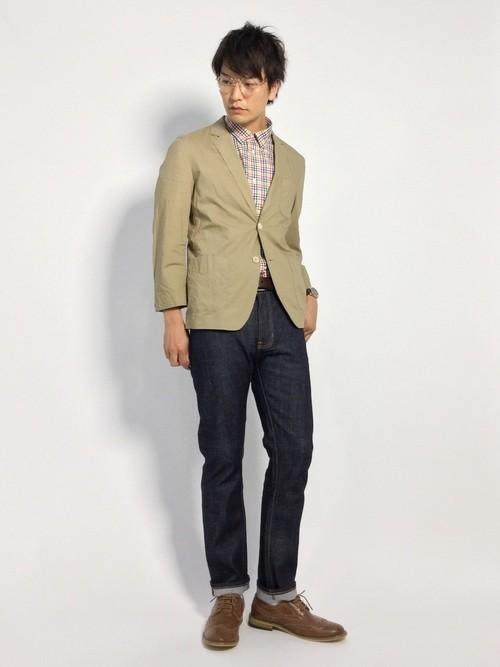 ベージュジャケットとチェックシャツのメンズコーデ
