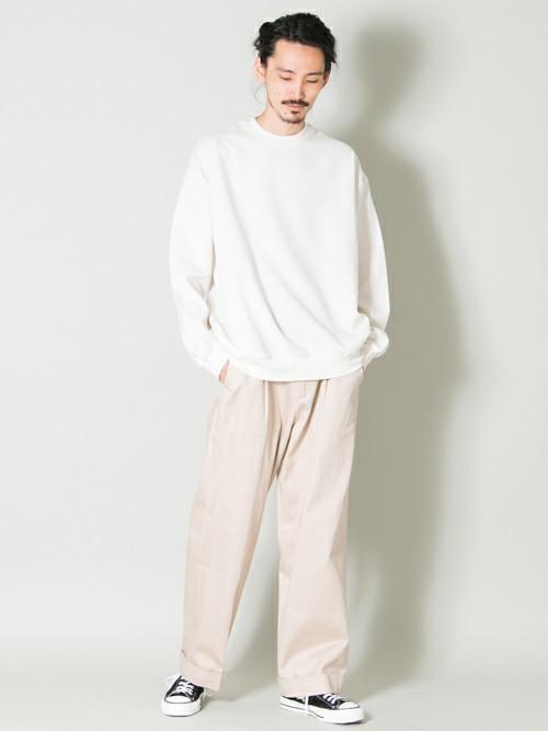 白Tシャツとベージュパンツのメンズコーディネート
