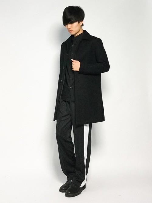 黒ステンカラーコートとストライプパンツのメンズコーディネート
