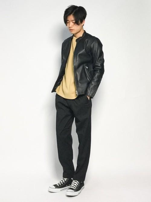 ライダースジャケットと黒パンツに黒スニーカーを合わせたメンズコーディネート
