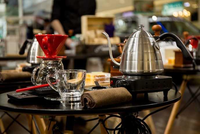 ドリップポットでコーヒーを淹れる瞬間