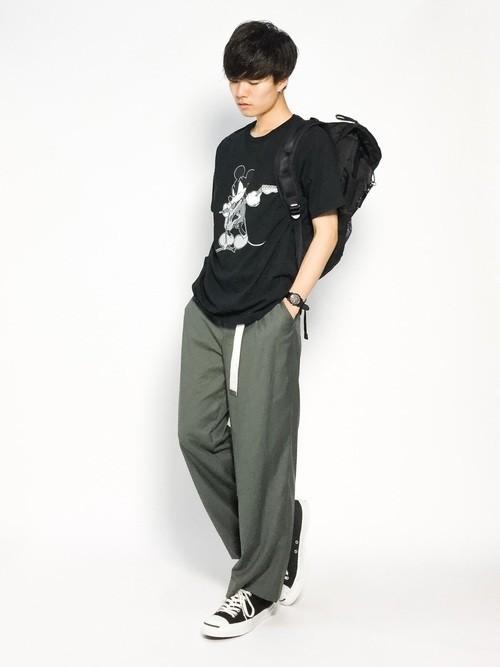 プリントTシャツとカーキパンツの黒リュックコーディネート