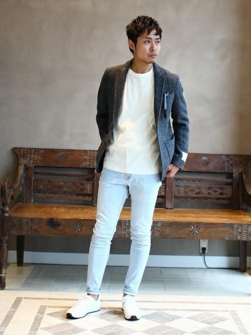 白Tシャツと白パンツの白スニーカーコーディネート
