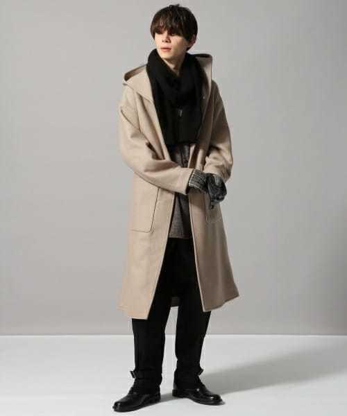 コート以外を黒で引き締める着こなし
