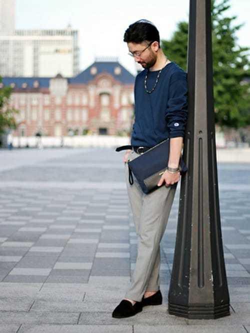 ネイビーTシャツとグレーパンツのコーデにローファーを合わせた着こなし