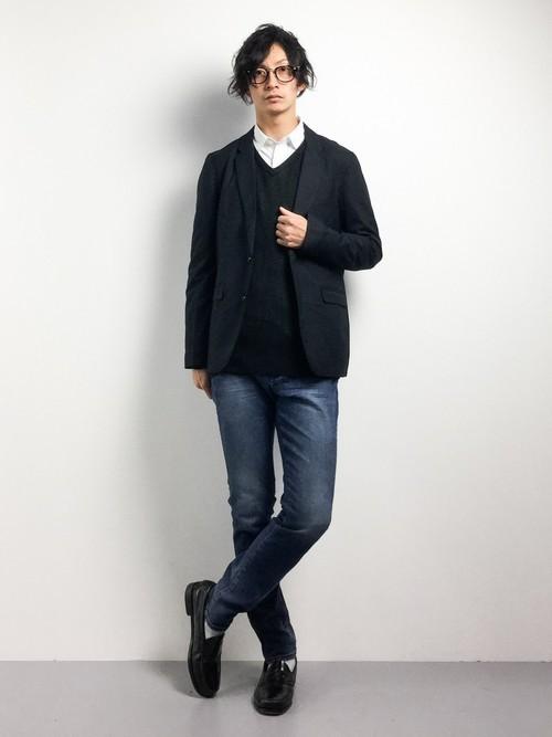 黒ジャケットと黒ニットと白シャツのメンズ冬コーディネート