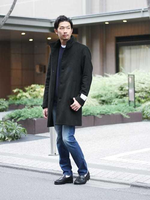 スタンドカラーコートとデニムパンツのコーデにローファーを使ったメンズコーディネート