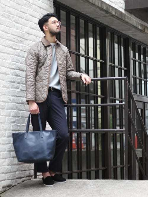 ダウンジャケットとスラックスの定番コーデにネイビートートバッグを合わせたメンズコーディネート