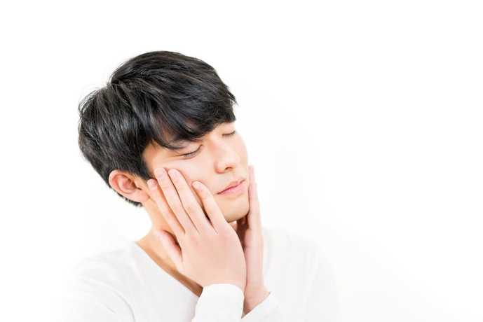 化粧水を使う30代の日本人男性