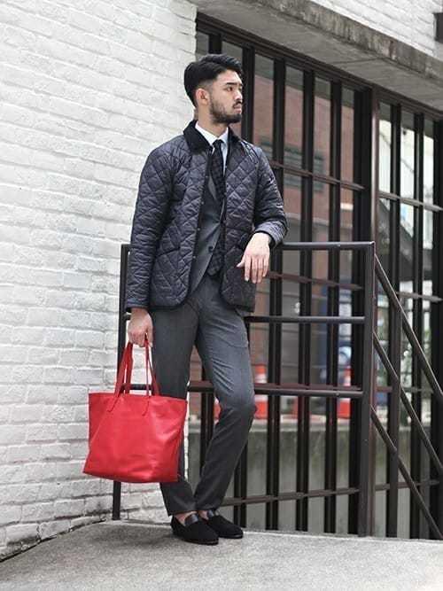 スーツスタイルにダウンジャケットを合わせたメンズコーディネート