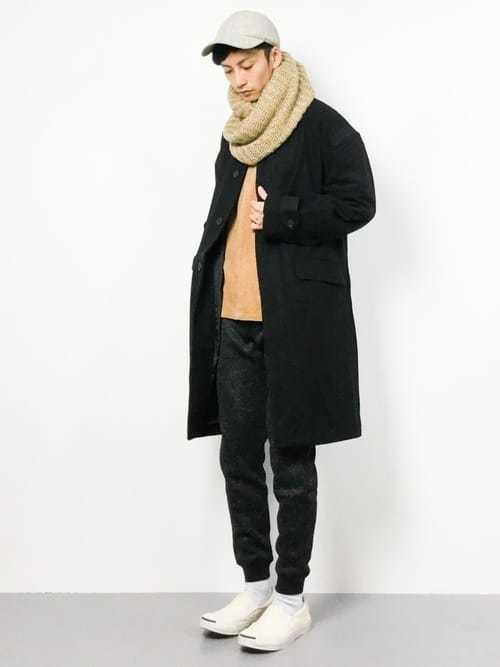 黒チェスターコートと黒ジョガーパンツのおしゃれメンズコーディネート