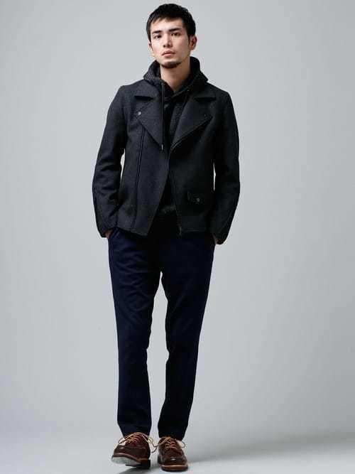 ライダースジャケットと黒パーカーのコーデにブーツを合わせた着こなし