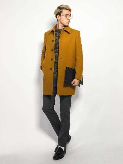 コートを差し色にした季節感あふれるコーデ