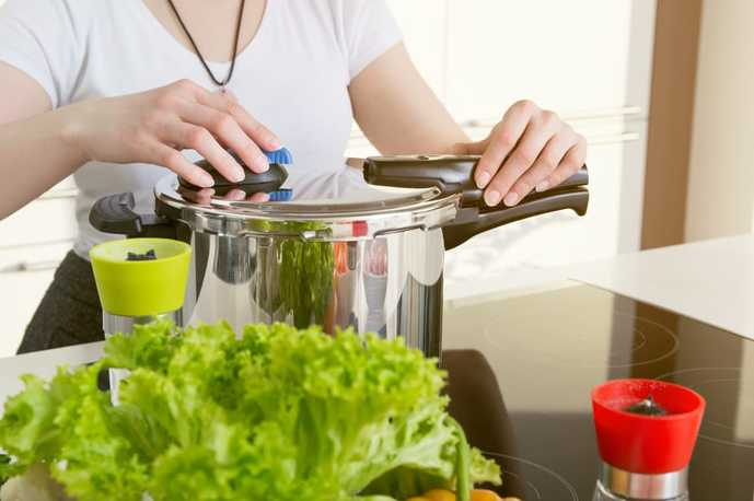 圧力鍋を使う女性