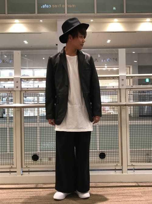 レザージャケットと黒ワイドパンツのおしゃれメンズコーディネート