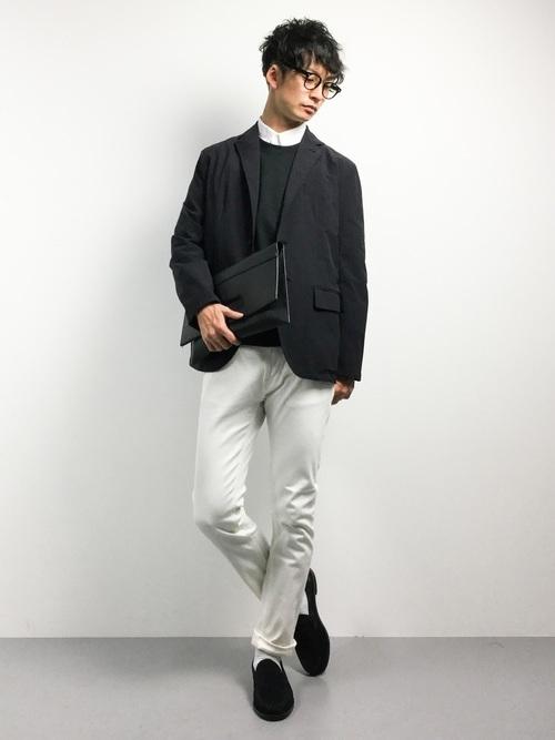 ジャケットと白パンツのモノトーンコーデ