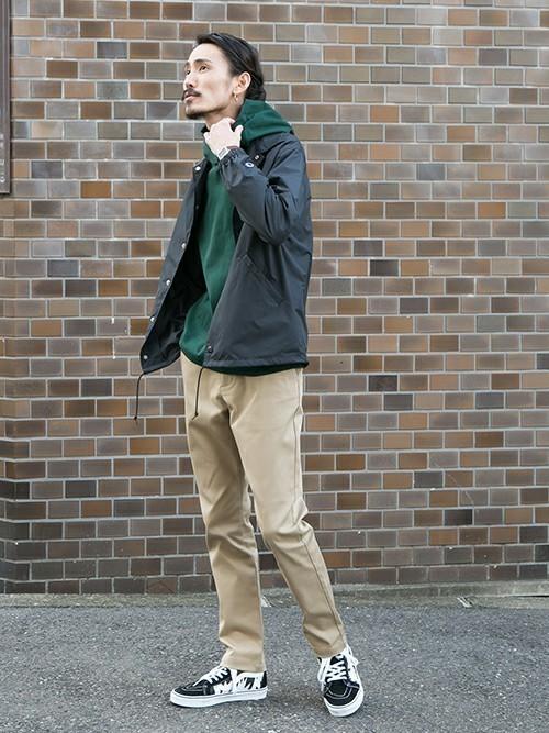 緑パーカーとコーチジャケットの着こなしコーデ