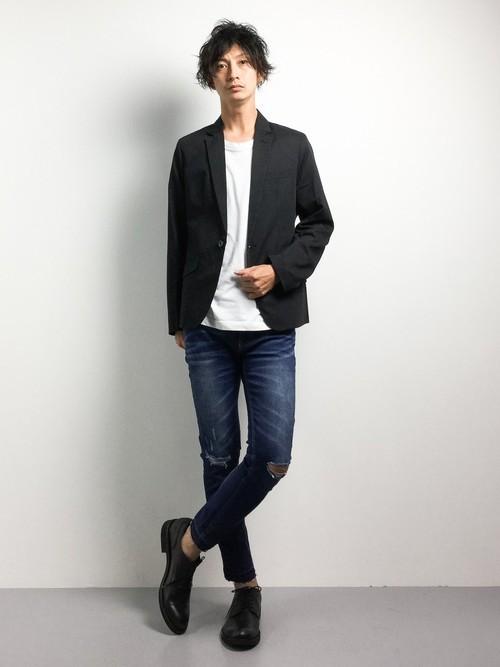 黒ジャケットとデニムパンツの着こなしコーデ