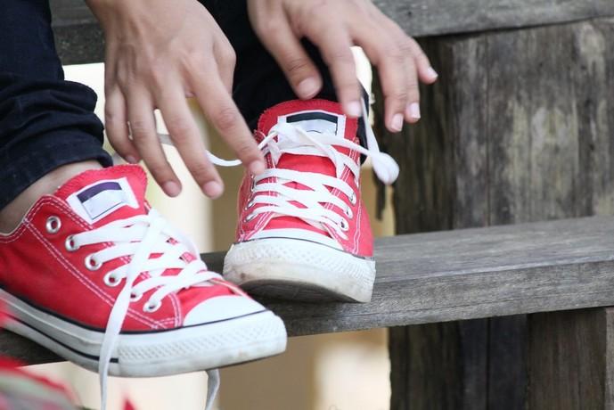 赤スニーカーの人気ブランド