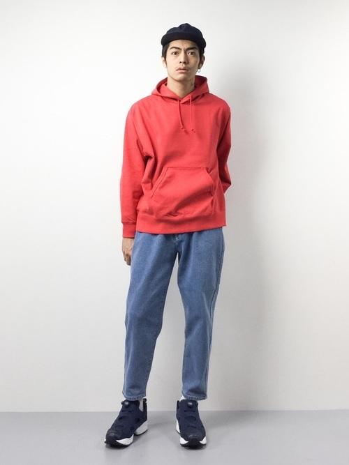 赤のパーカーとデニムパンツの着こなしコーデ