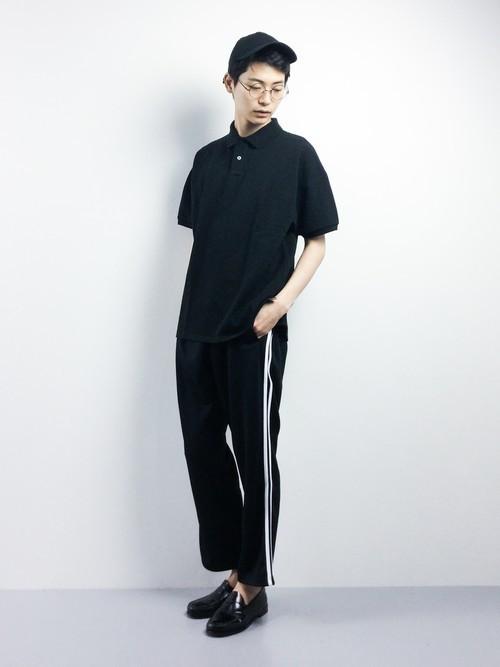 黒ポロシャツとジャージパンツの着こなしコーデ