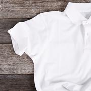 白ポロシャツで爽やかコーデに。清潔感抜群のメンズ着こなし術 | Smartlog