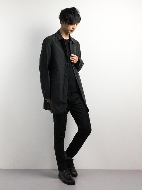黒ニットとステンカラーコートの着こなしコーデ