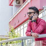 赤シャツでメンズコーデを鮮やかに仕上げる。彩り豊かな着こなし術10選   Smartlog