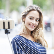 自撮り棒の選び方&使い方ガイド。おすすめセルカ棒の有効活用術とは | Smartlog