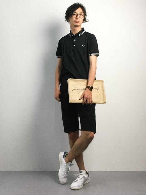 黒ポロシャツとショートパンツの着こなしコーデ